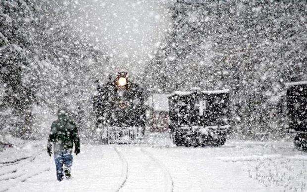 Как ремонтники нелепо асфальтируют дорогу в снегопад: видео