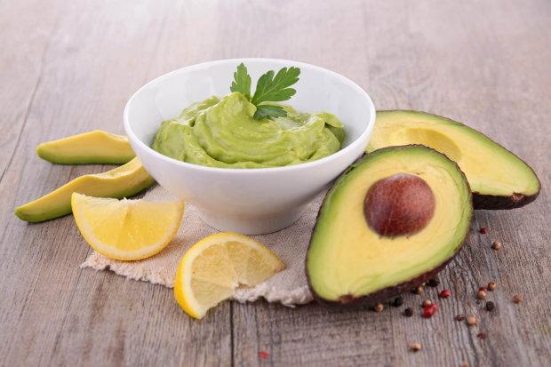Преобразит вкус любого салата: рецепт идеальной заправки из авокадо