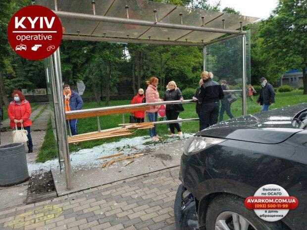 У Києві автомобіль влетів в автобусну зупинку з людьми