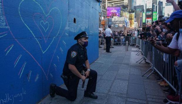 поліцейські стають на коліна перед протестувальниками , фото: CNN