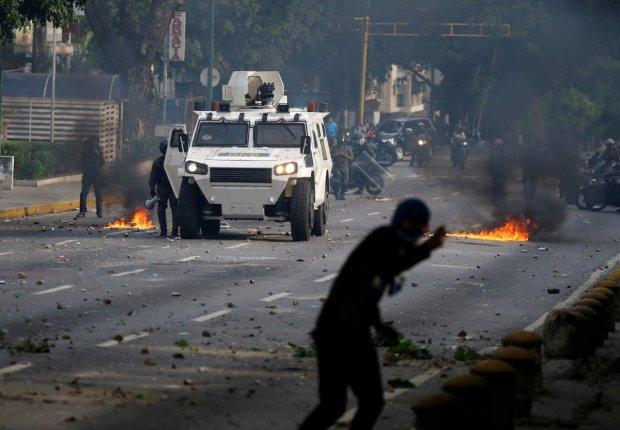 Военный автомобиль подмял под колесами десятки протестующих: видео не для слабонервных