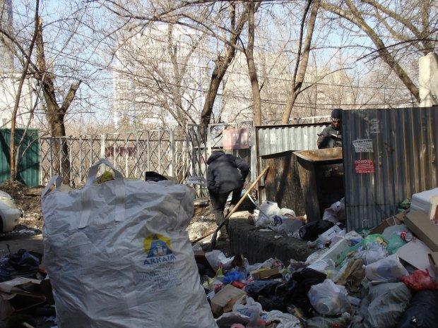 В Киеве на свалку выбросили Porsche Panamera на евробляхе: а еще говорят, что мы плохо живем