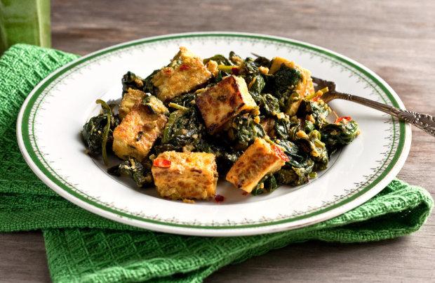 Хрустящий тофу с чили, чесноком, шпинатом и грибами: быстрый рецепт