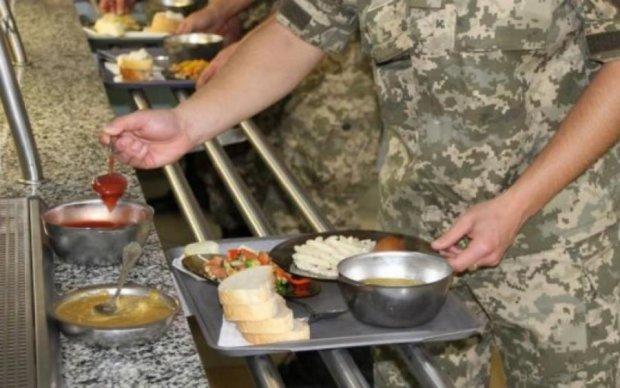 Солдат показав, чим годують в армії: соцмережі в шоці