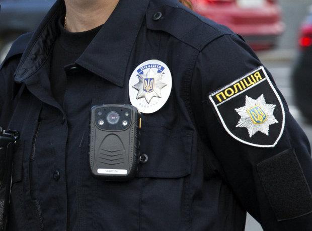 Озброєний на роботі вживає наркотики: відео з копом розлютило Україну, це переходить всі межі