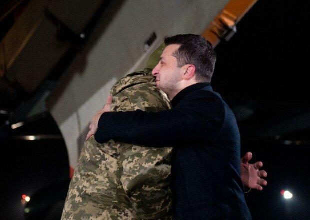 Українські полонені повернулися в Київ: перші кадри