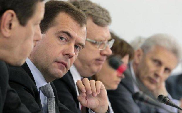 """У Росії """"поховали"""" Медведєва. Пішов 9 день"""