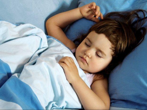 Ребенок скрипит зубами во сне: названа реальная причина, и это не глисты