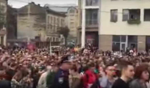 Во Львове люди устроили  давку, чтобы первыми попасть в магазин (видео)