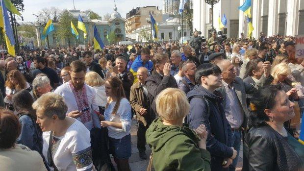 """Українці гостро відреагували на закон про мову: """"А закінчити війну, допомогти онкохворим - вже не в пріоритеті?"""""""