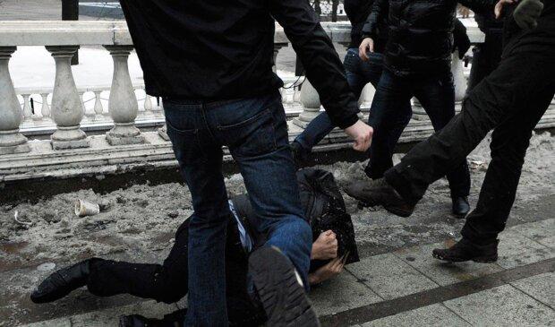Жорстоке побиття російського підлітка потрапило на відео і приголомшило весь світ: кадри 18+