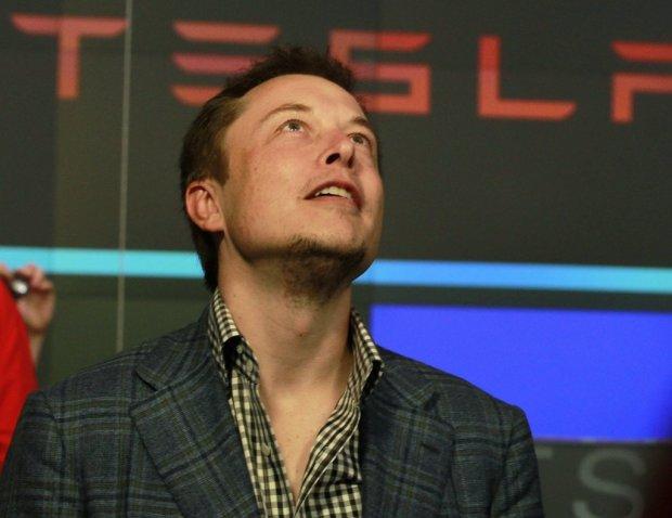 Ілон Маск накурився конопель у прямому ефірі і заявив, що навколо кіборги