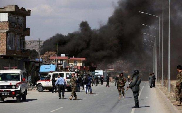 Потужні вибухи потрясли Кабул, сотні заручників