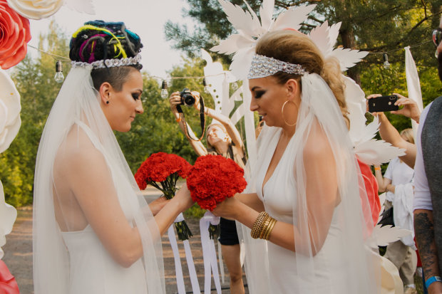 """В Украине впервые зарегистрировали однополый брак: """"Очень чувственно и нежно"""""""