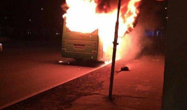 Маршрутка згоріла дощенту в Києві