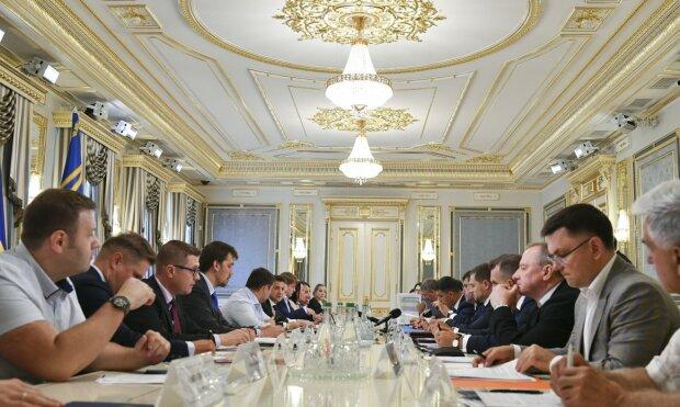 """У Зеленського готують українцям податковий """"переворот"""": сімейний податок і легалізація грошей і майна"""