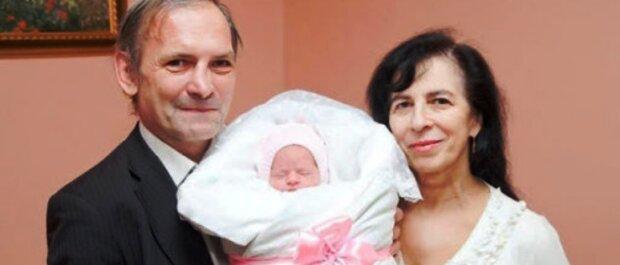 """Женщина родила долгожданную дочь в 60 и нашла настоящую любовь: """"Жизнь только начинается"""""""