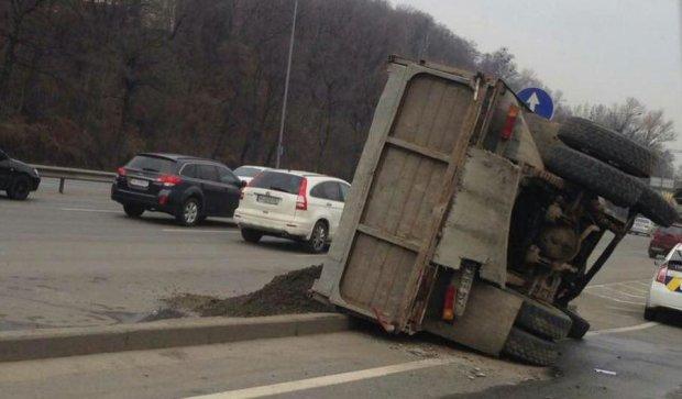 Вантажівка перекинулася в Києві: є жертви