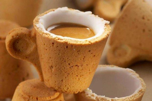 Фастфуд годує відвідувачів філіжанками для кави