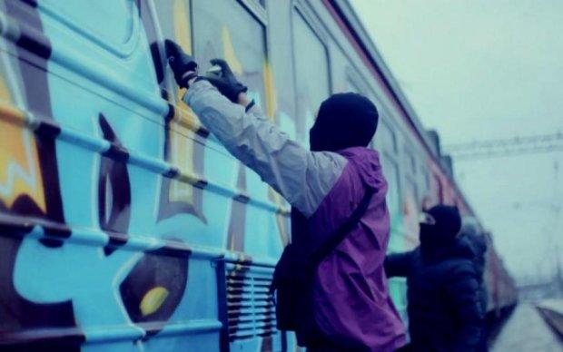 Вандали в місті: невідомі в балаклавах паралізували рух поїзда