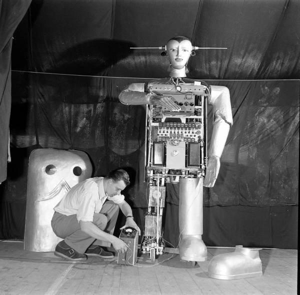 Фантастична запальничка, що розмовляє: як Август Губер створив першого радіокерованого робота