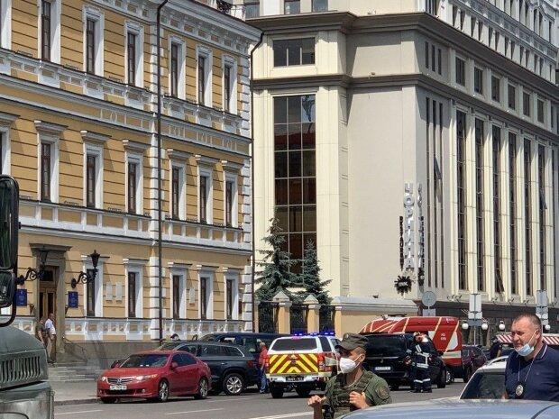 Терорист з бомбою в рюкзаку захопив банк із заручниками: погрожує підірвати