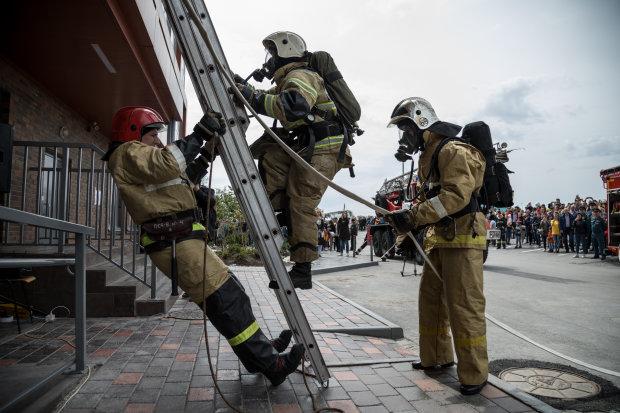 У Києві палає великий бізнес-центр, наляканих людей виводять з будівлі: відео інциденту