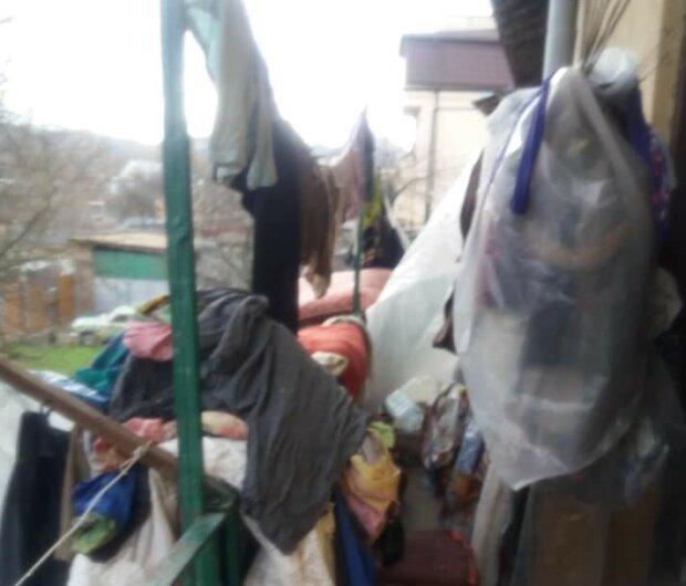 "Во Львове пенсионерка годами терроризирует соседей, квартира набита мусором - ""Сожгу!"""