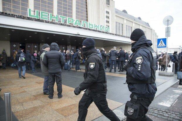 Киянин захистив нацгвардійця від нападу циганок: кинулись купою і почали бити