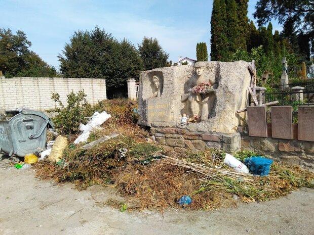 """На Тернопольщине могилу героев УПА превратили в свалку, патриоты в ярости: """"Тут мы молимся за их души"""""""