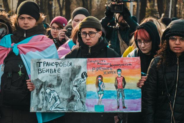 В Киеве радикалы напали на участников марша: закидывали яйцами и выкрикивали непристойные лозунги