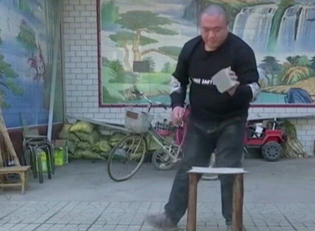 Китаєць став зіркою інтернету через своє алкогольне хобі, скріншот із відео
