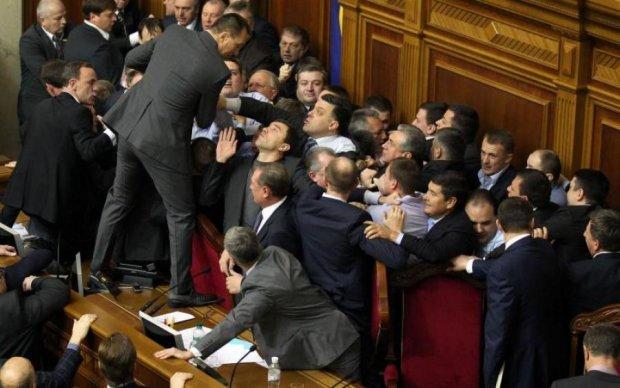 Головне за ніч: кривава бійка нардепів та нові зарплати в Україні