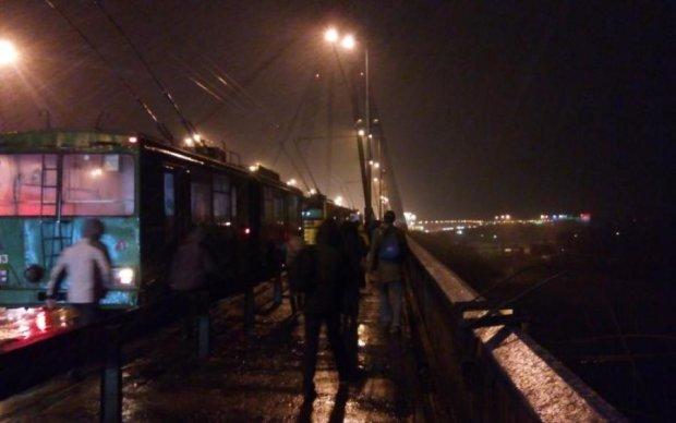 """""""Знайомий Гройсмана"""" таранив і намагався захопити київський тролейбус"""
