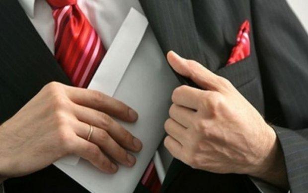 Двое депутатов попались на взятке (фото)