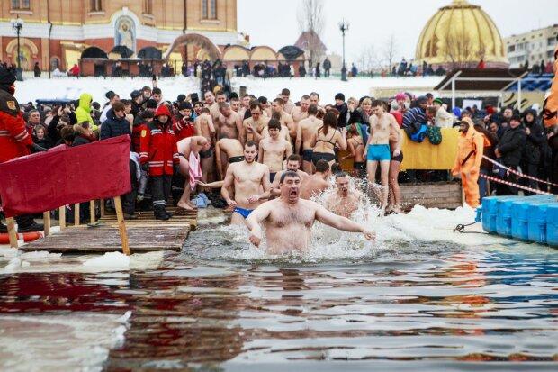Хрещення, пірнання в ополонку - фото delo.ua