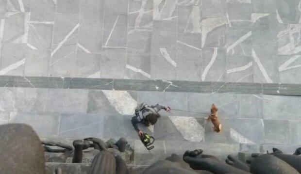 Мужчина штурмовал парламент Словении с бензопилой, кадр из видео