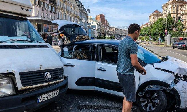 У Києві некерований легковик влетів у Volkswagen: автівки - ущент, дикі кадри