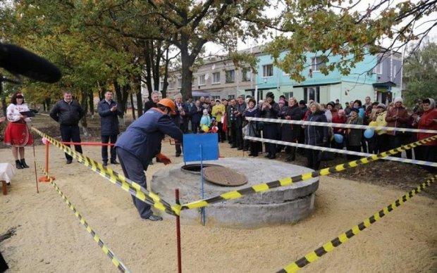 """На Луганщине открыли водопровод в лучших традициях """"совка"""""""