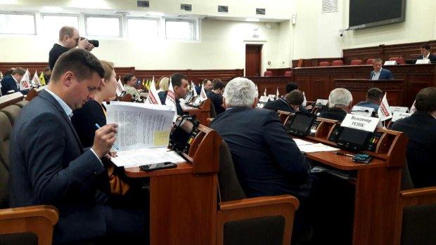 """На """"Київенерго"""" хочуть подати судовий позов: депутати вимагають відшкодування за """"спадок"""" із дірявих мереж"""