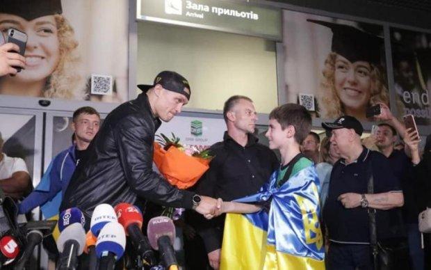 Украина тепло встретила Усика после победы над Гассиевым: видео