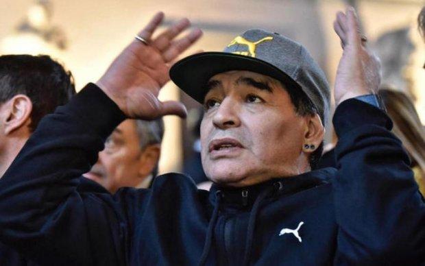 Марадона со скандалом пытался прорваться к молодым футболистам