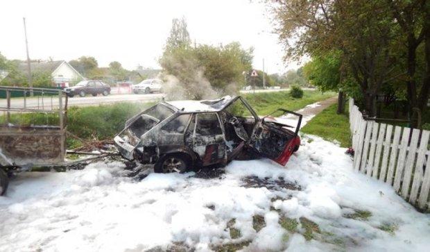 Автомобіль з людьми загорівся на трасі Київ-Чоп