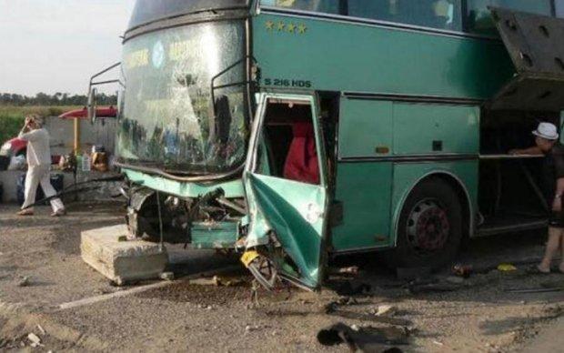 Поворот смерті: переповнений автобус потрапив у криваву аварію