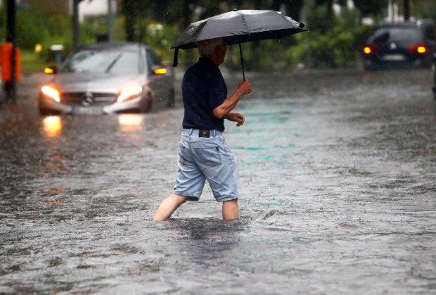 Потоп в Кривом Роге: украинцы оказались в плену стихии, поток воды смывает все на своем пути