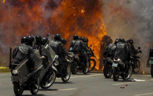 У Венесуелі перехожі аплодували, коли копи злетіли в повітря: відео