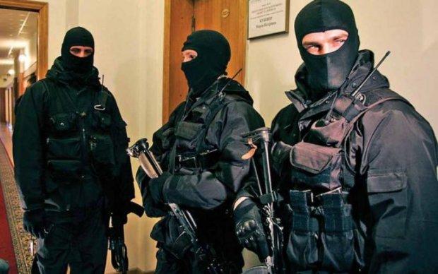 Массовый рейд: вооруженные люди силой захватили здание