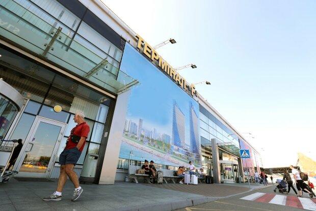 """Пасажири атакують """"Бориспіль"""" через закриття аеропорту """"Жуляни"""": люди просто падають з ніг"""