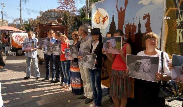 Під Київською мерією мітингували на підтримку побитої активістки