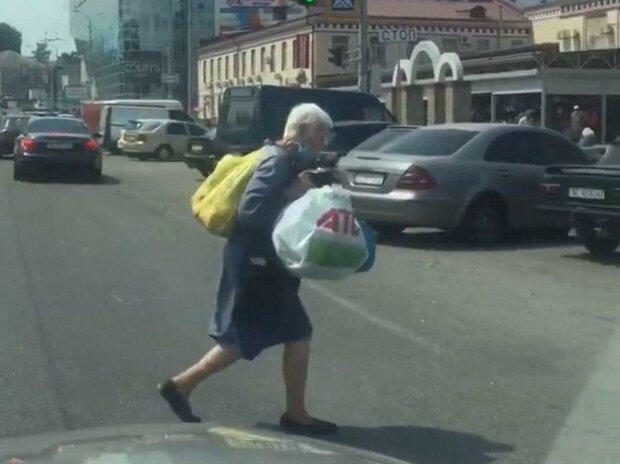 """У Дніпрі """"безсмертна"""" бабця кинулася під колеса авто: """"Коли дуже треба"""""""